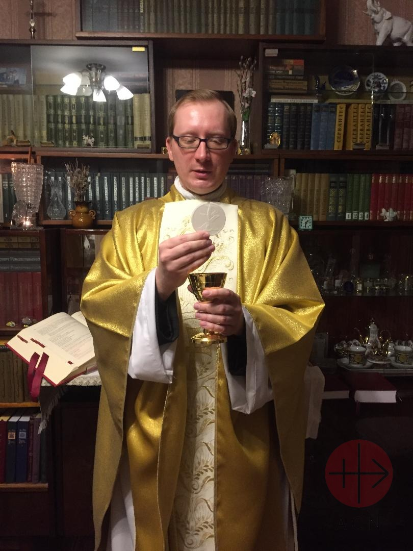 Rusia padre Danil Radko celebrando Misa