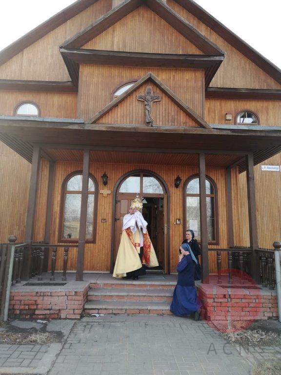 Rusia sacerdote bendice con el Sagrario