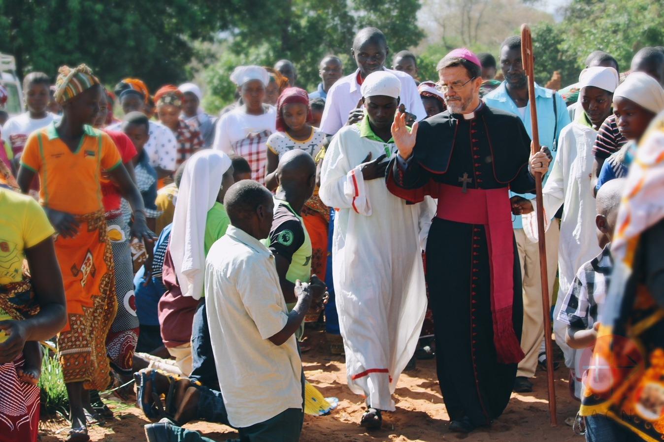 Mozambique obispo de Pemba con gente