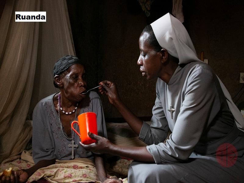 Ruanda Hermana alimenta a anciana web