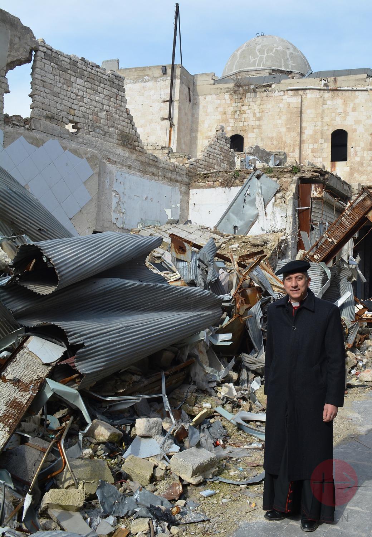 Siria Alepo arzobispo junto a ruinas de la catedral
