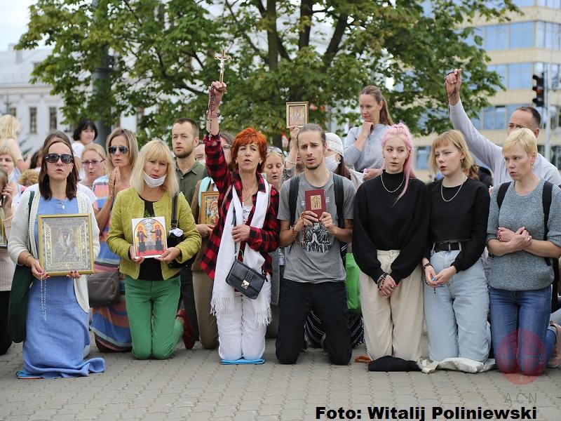 Bielorrusia jovenes rezan en la calle web