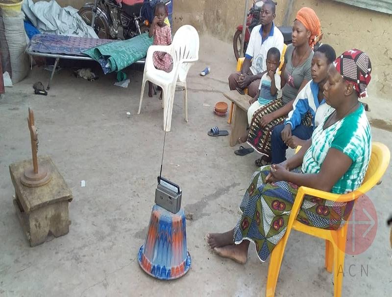 Covid Burkina Faso familia sigue la Misa por Radio web