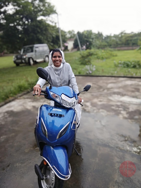 India religiosa con su moto