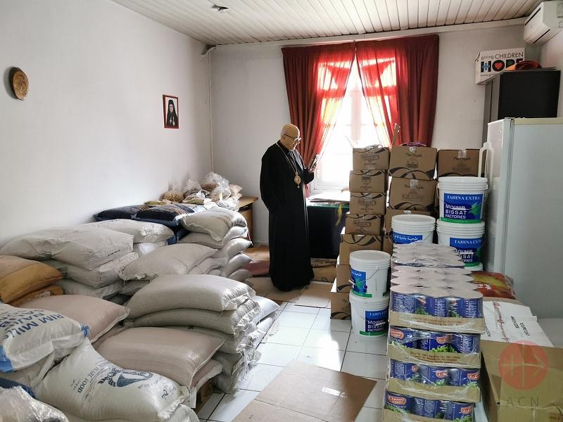 Líbano monseñor Archbishop John Darwish con paquetes de comida web