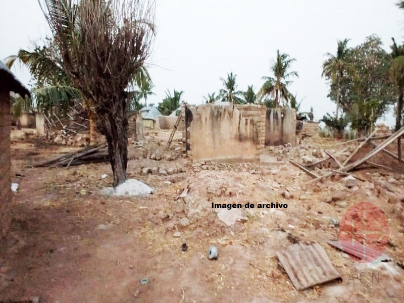 Nigeria aldea asolada imagen de archivo web