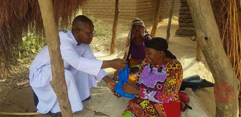 Tanzania Tunduru Masasi sacerdote con anciana