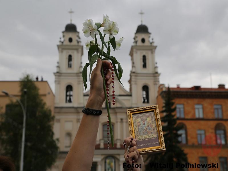 Bielorrusia Rosario con la catedral de fondo foto de Witalij Poliniewski web
