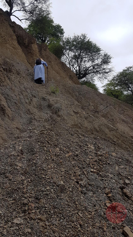 Bolivia religiosa subiendo por terreno escarpado