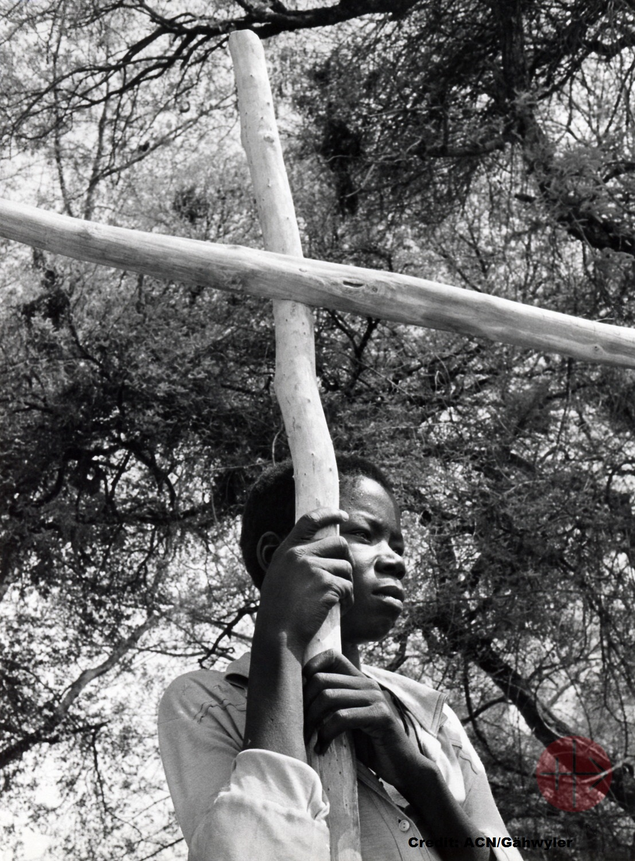 Chad joven cristiano con curz en sus manos con creditos