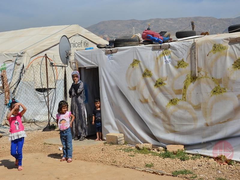 Líbano familia junto a su carpa web