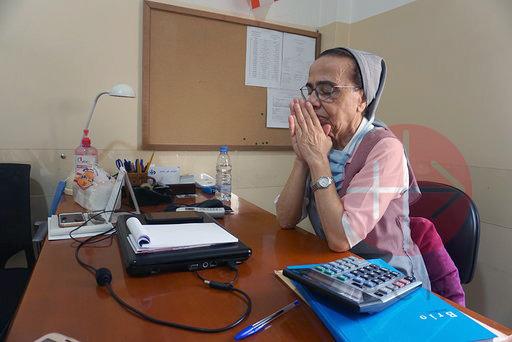 Líbano religiosa rezando en su escritorio
