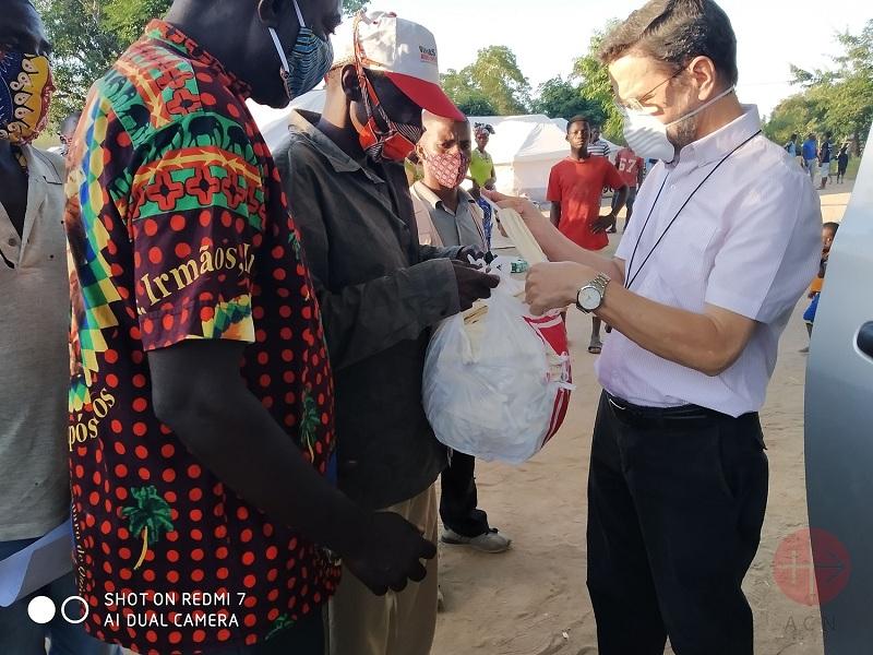 Mozambique obispo entrega ayuda web
