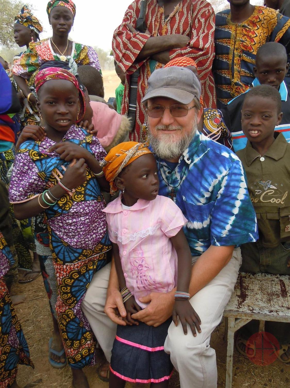 Niger padre Pierluigi Macalli con niños