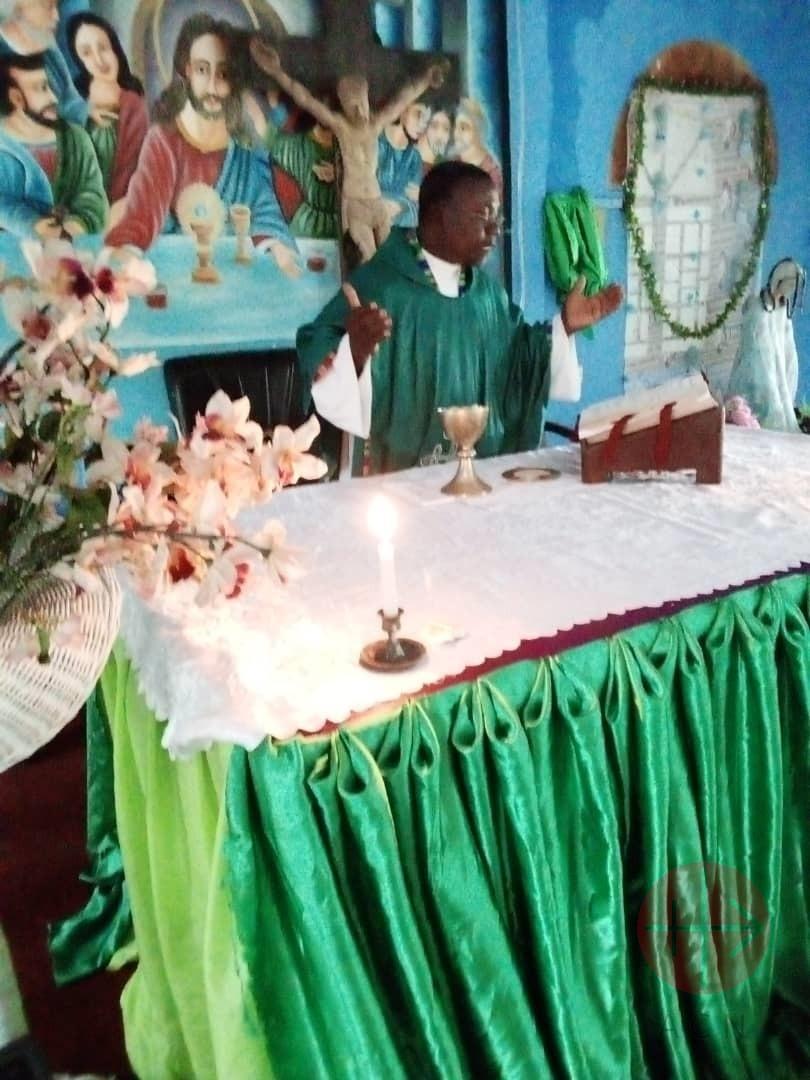 Sierra Leona padre Emannuel Francis en Misa