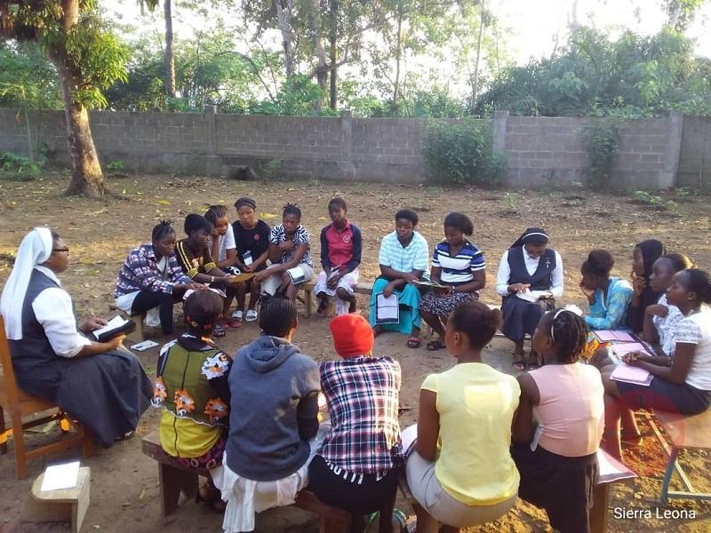 Sierra Leona religiosas con grupo de jóvenes web
