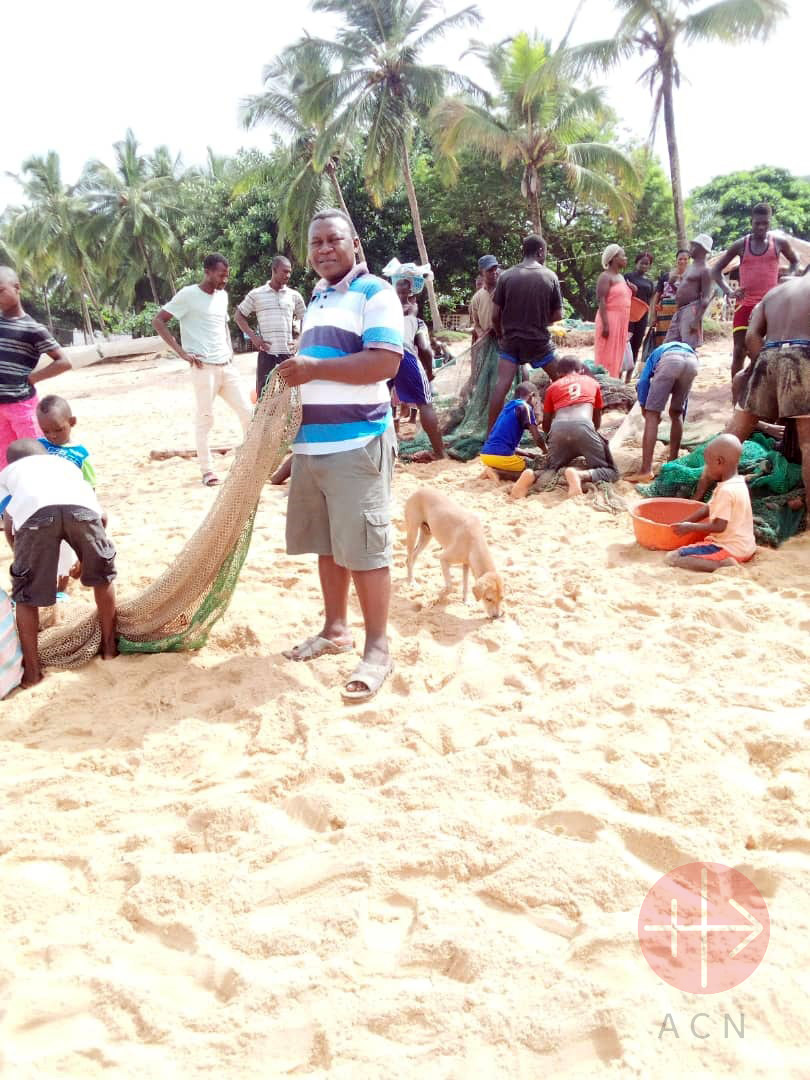 Sierra Leona sacerdote con red de pesca
