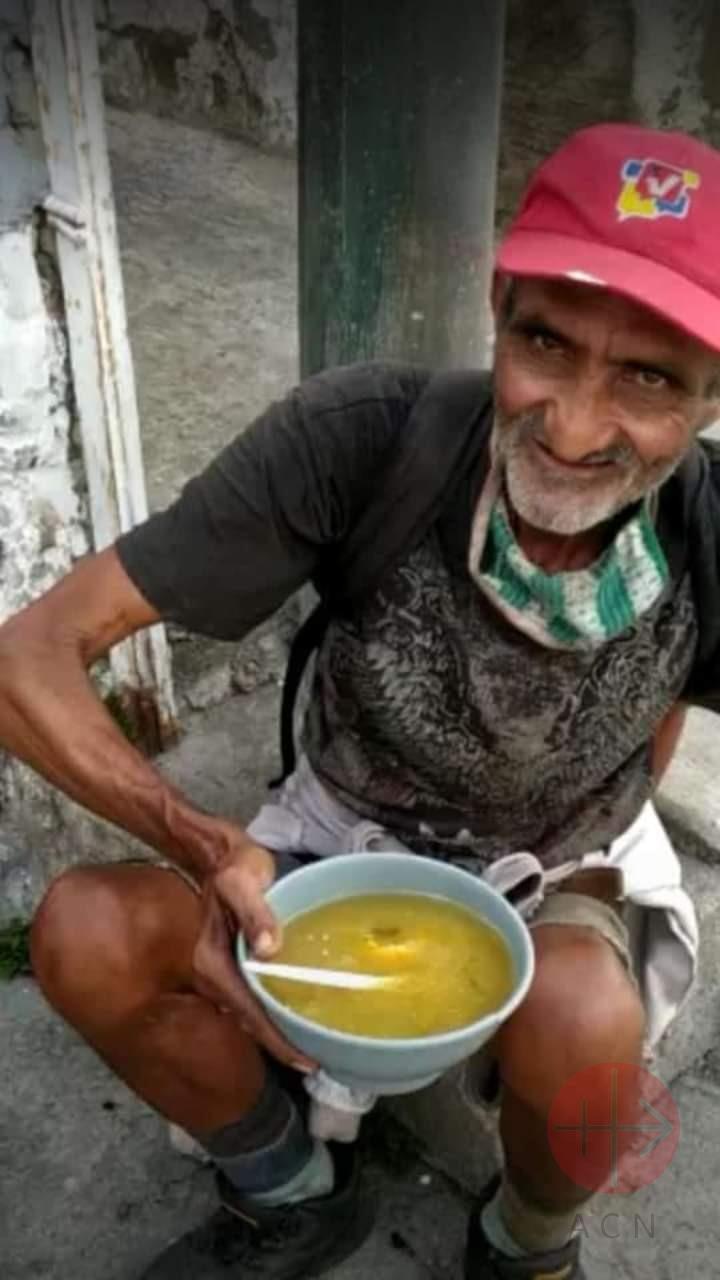 Venezuela hombre mayor con plato de sopa