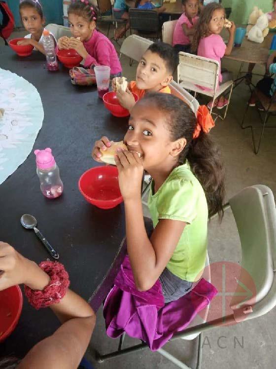 Venezuela niña comiendo