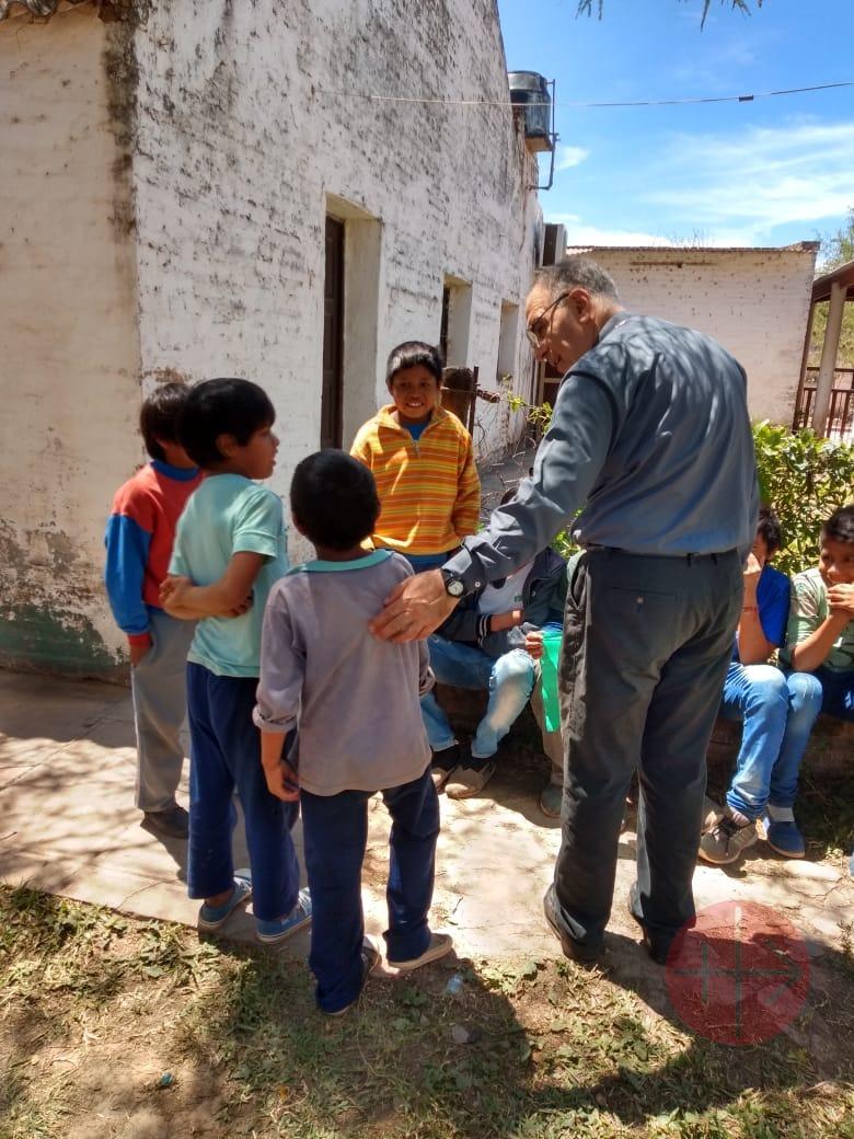 Argentina parroco de San Fco Solano con los vecinos de Misión Nueva Pompeya