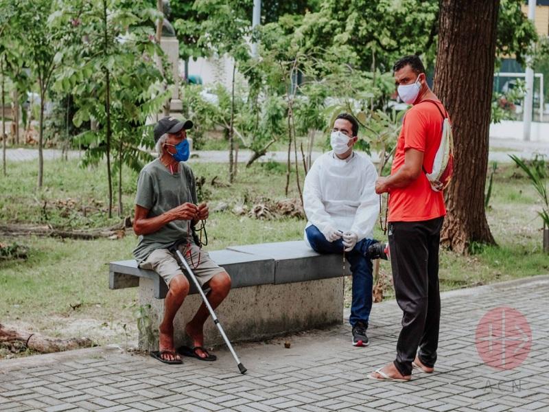 Brasil Fortaleza Víctor rezando el Rosario con gente de la calle web