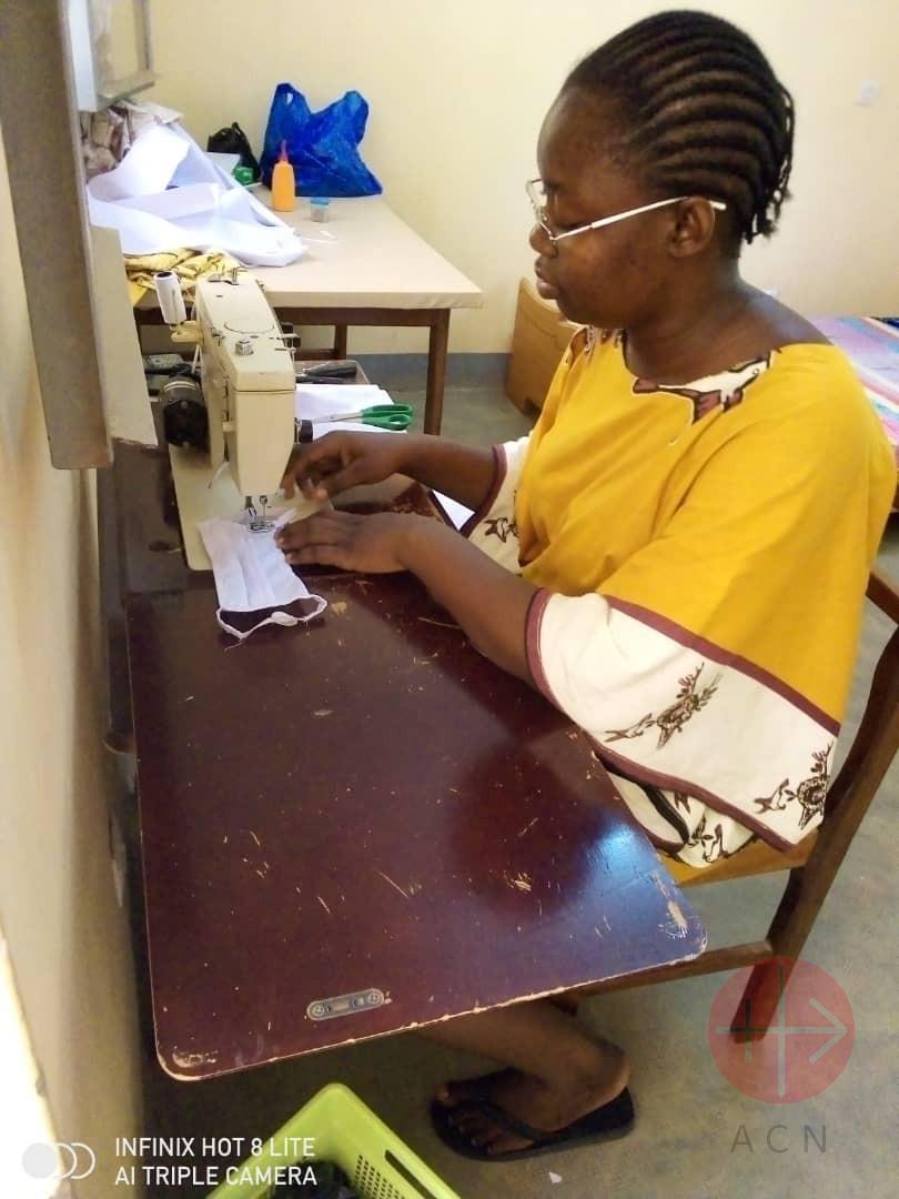 Burkina Faso hermanas de Nuestra Sra del Sagrado Corazón confeccionando mascarillas
