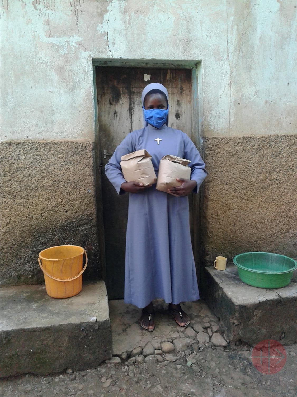 Congo religiosa con paquetes de comida