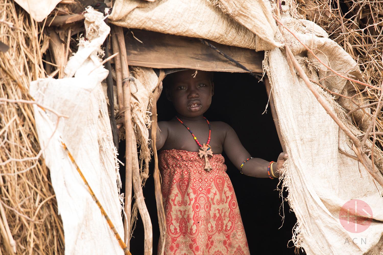 Etiopía niñita mira desde la carpa