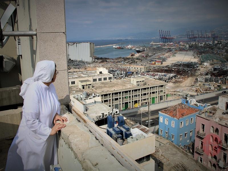 Líbano Beirut imagen de la bahía con religiosa mirando web