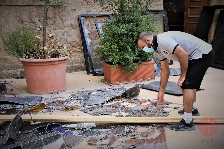 Líbano Beirut recogiendo destrozos