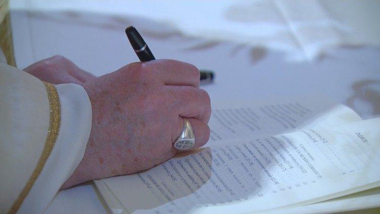 Papa firma encíclica detalle