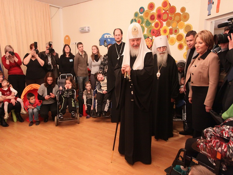 Rusia patriarca Kirrill visita hospital de niños web