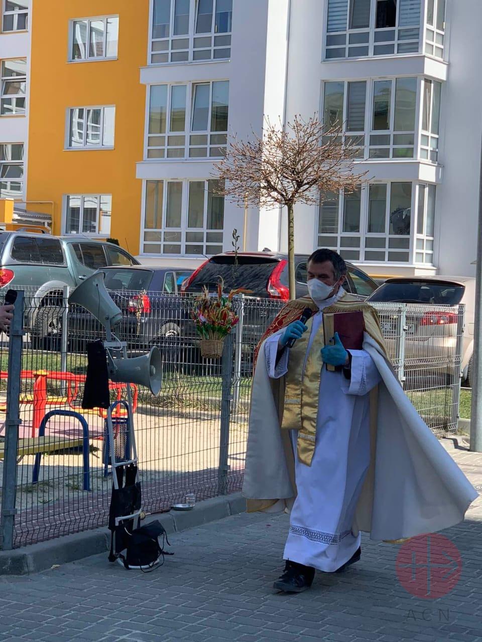 Ucrania padre Grzegorz Draus trabajando en tiempos de covid