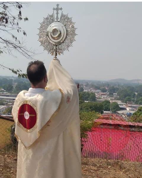 Venezuela sacerdote asesinado bendice con el Stmo