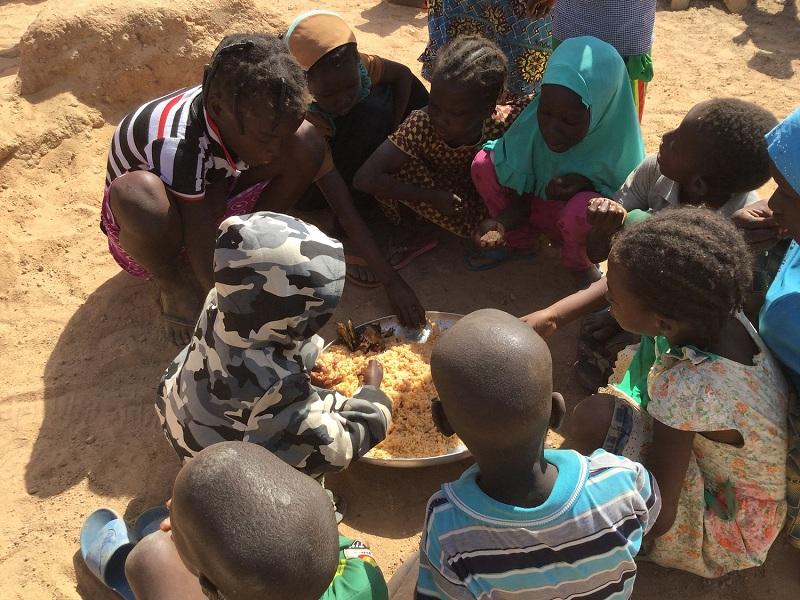 Burkina Faso niños comen de plato comunitario web