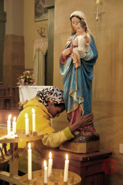 Etiopía mujer suplica abrazada a la Virgen