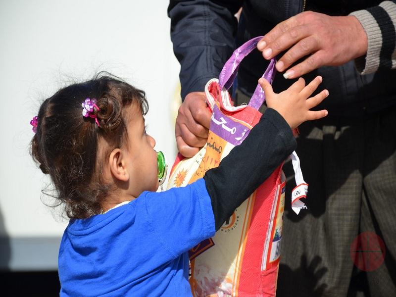 Irak niña recibe bolsa de alimentos web
