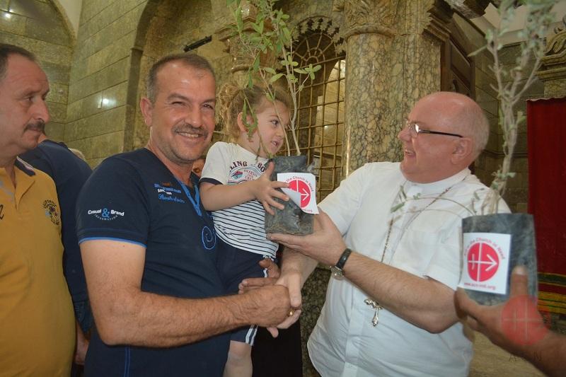 Irak padre Halemba entrega plantitas a quienes han podido arreglar sus domicilios web