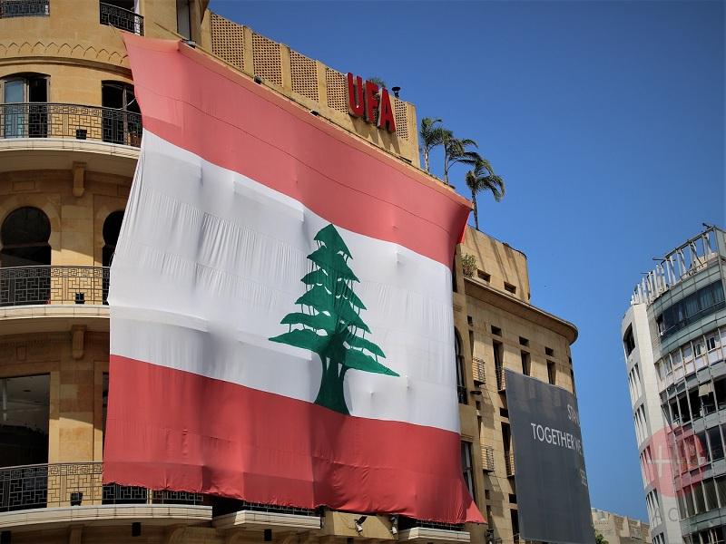 Líbano edificio con una gran bandera de Líbano web