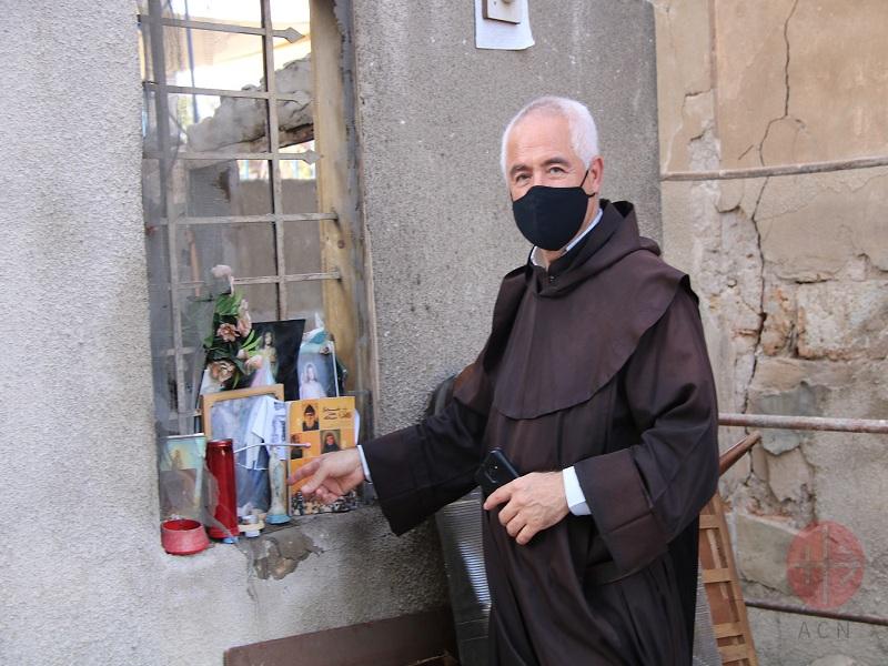 Líbano padre Raymond Abdo reza en improvisado altar web