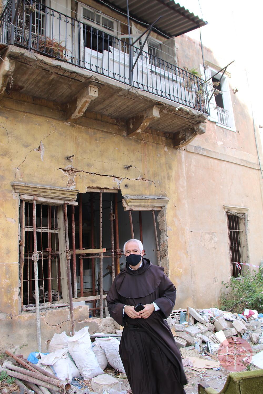Líbano padre Raymond abdo frente a casa destruida