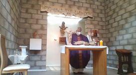 Misa en Román Díaz con Cristo destruido por los desmanes de la parroquia.