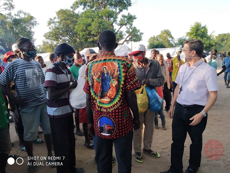 Mozambique monseñor Lisboa con refugiados web
