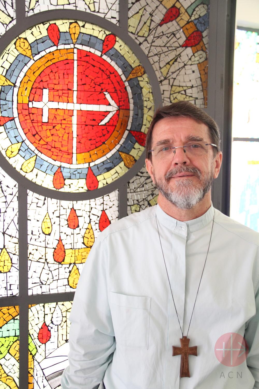Mozambique monseñor Luis Fernando Lisboa con vital de fondo