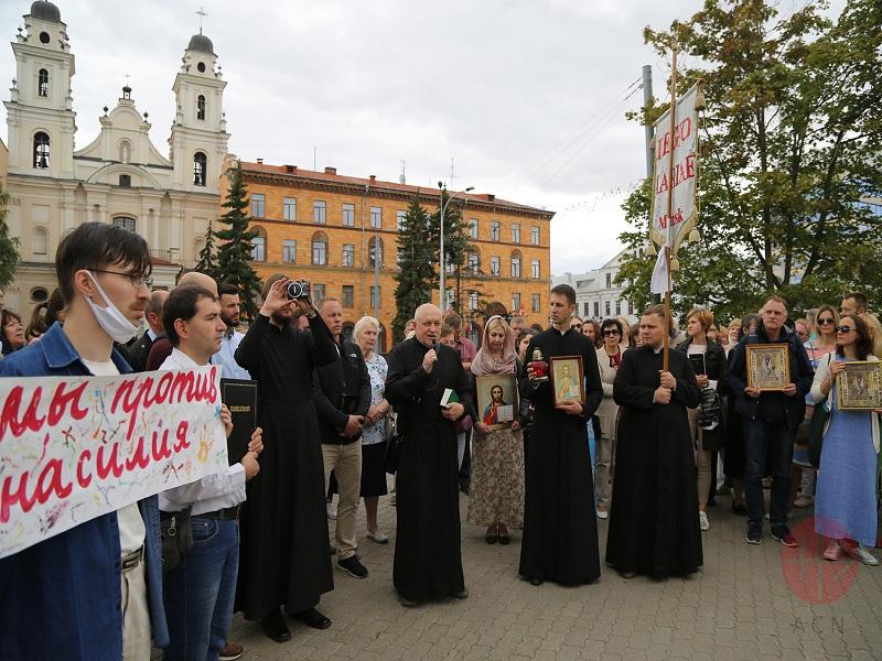 Bielorrusia protestas frente a al iglesia con sacerdotes web