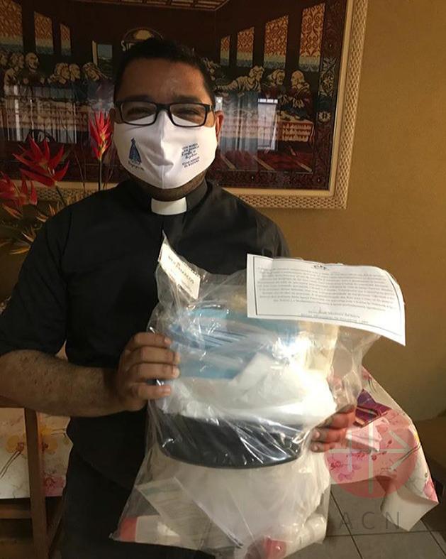 Brasil sacerdote con su kit