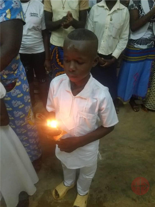 Burkina Faso niño en su primera comunion