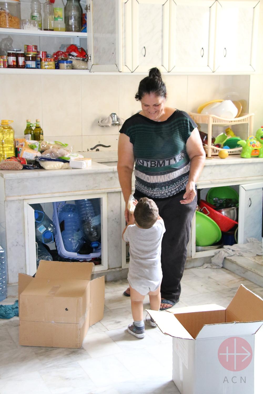 Líbano Beirut Georgette y su nieto guardan la mercadería