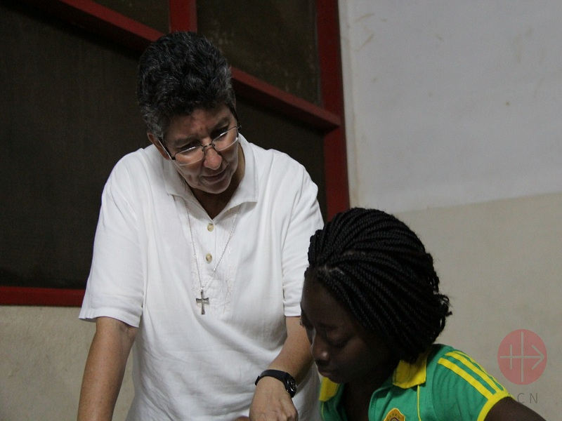Mozambique hermana Nubia enseña a una joven web