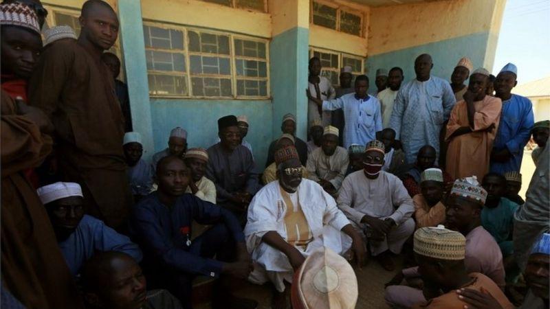 Nigeria padres esperan la liberacion de sus hijos